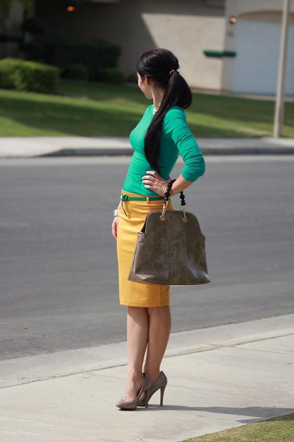 Горчичная юбка и салатовая водолазка