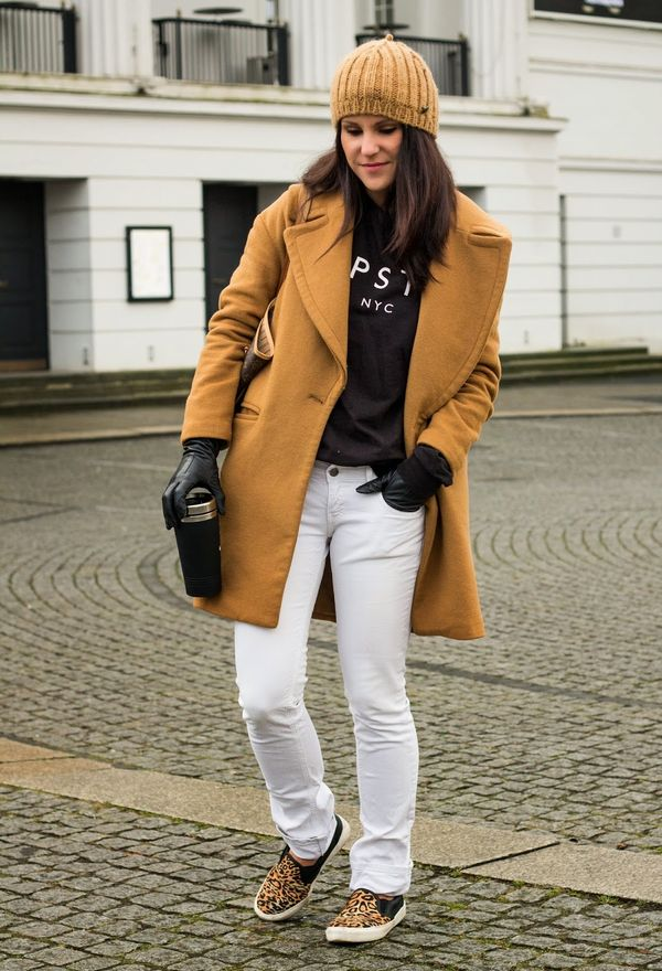 Горчичное пальто с белыми брюками