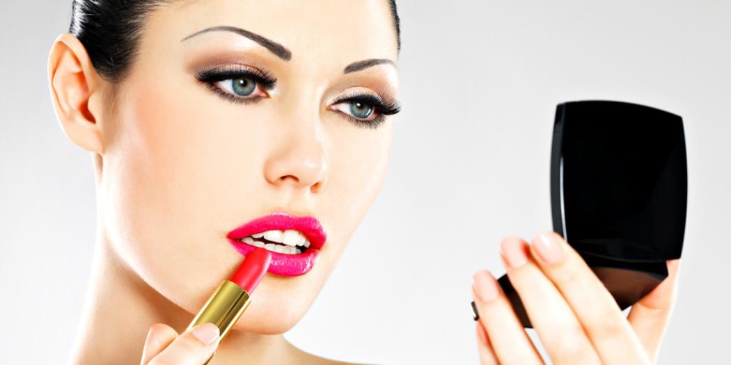 Женщине приснилось, что она красила губы – в реальной жизни ей предстоит узнать новость, которая ее сильно удивит.