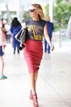 Красная юбка с черной футболкой