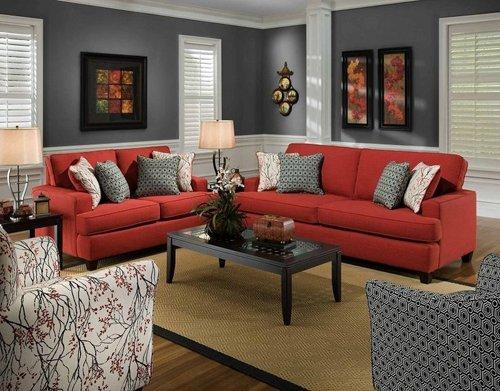 Серая комната с красным диваном
