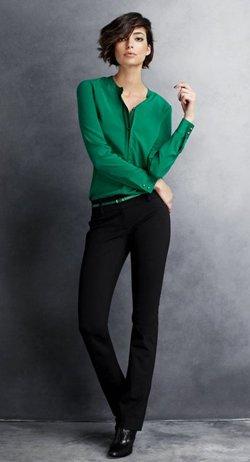 Черные брюки с зеленой рубашкой