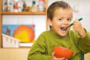 Ребенок ест сам