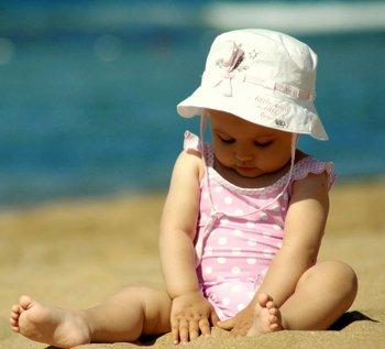 Ребенок в панаме