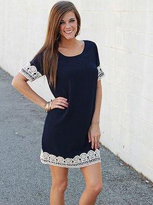 Белое платье с черным кружевом