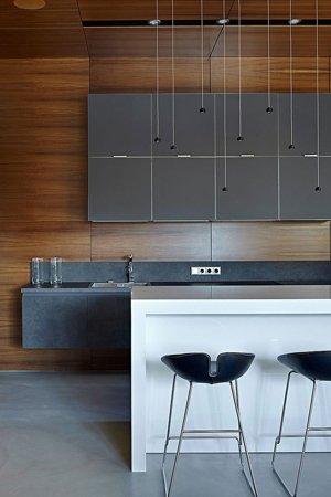 Сочетание серого и коричневого на кухне