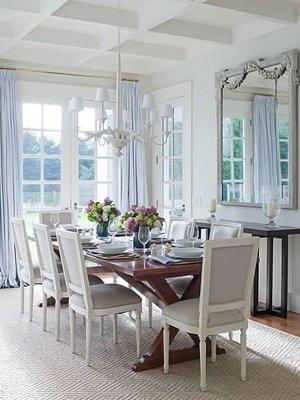Сочетание голубого и белого цвета в столовой