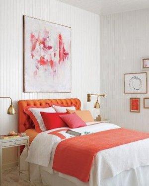 Белый и коралловый цвет в интерьере спальни