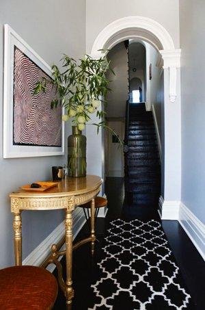 Черный пол с черной лестницей