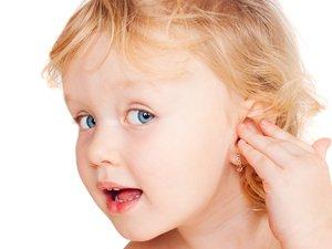 Девочка с проколотыми ушами
