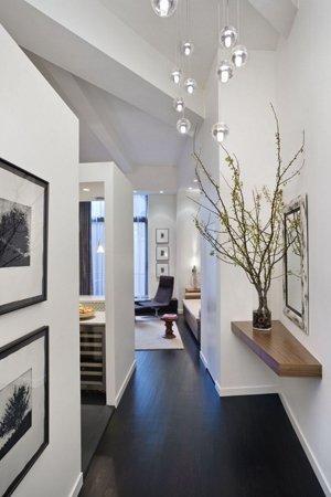 Черный пол белые стены в коридоре