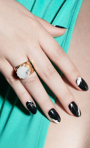 мраморные черные ногти