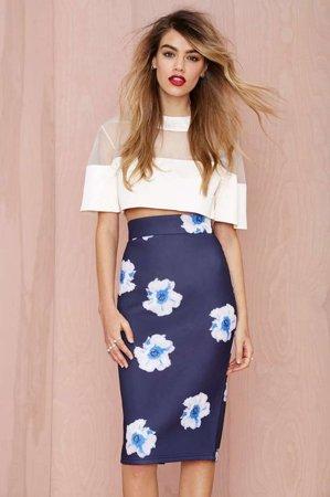 синяя юбка с белым принтом