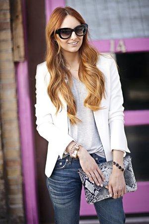 Белый пиджак ссерыми джинсами