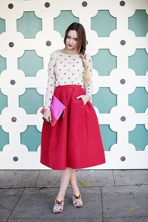 Кофта с принтом и юбка миди красная