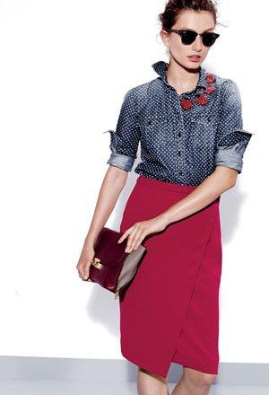 Рубашка с красной юбкой