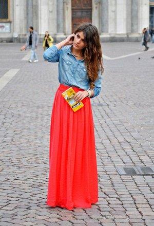 Рубашка с красной юбкой в пол