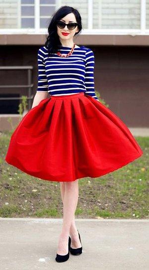 Полосатая кофта и юбка алого цвета