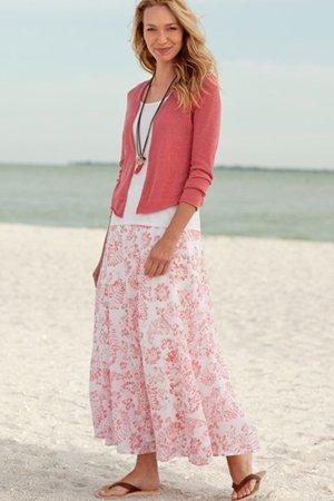 белая юбка с розовыми цветами и кофтой