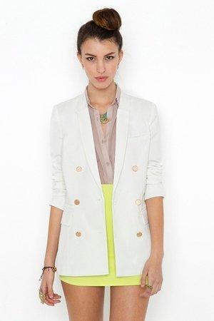 Белый пиджак с яркой юбкой