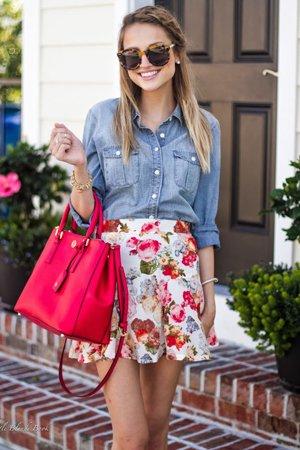 юбка с цветами и джинсовой рубашкой