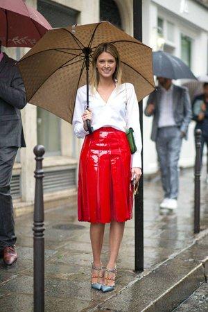 Красная лаковая юбка в сочетании с рубашкой