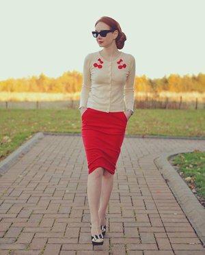 Красная юбка с кардиганом