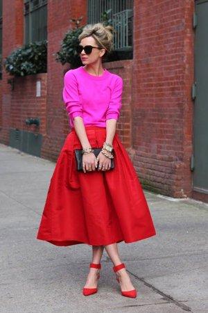 Красная юбка с розовой кофтой