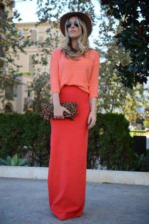 Красная юбка с лососевым верхом