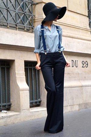 Синие брюки с голубой рубашкой