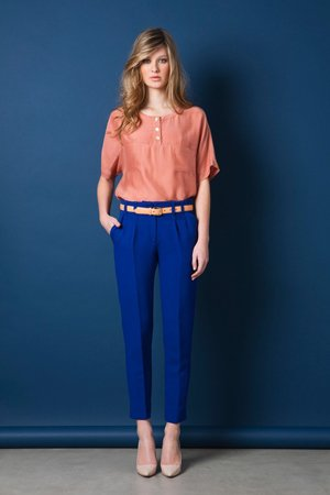 Синие брюки и розовая кофта
