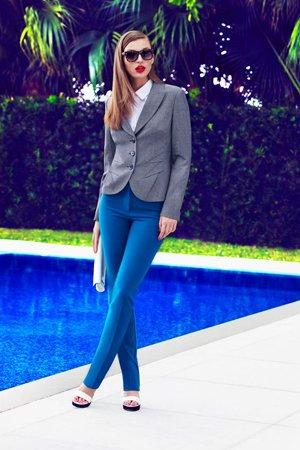 Синие брюки с серым пиджаком