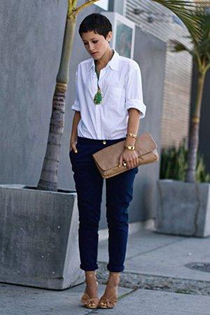 Синие брюки с белой рубашкой