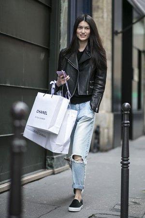 Рваные джинсы с курткой