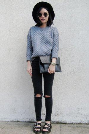 Джинсы с серым свитером