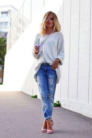 Голубые рваные джинсы с пуловером