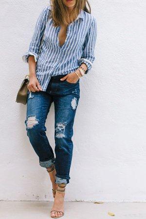 Голубые джинсы и рубашка