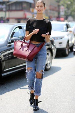 Черные ботинки с рваными джинсами