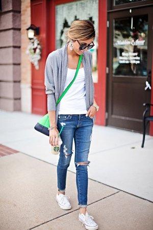 Зеленая сумка с голубыми рваными джинсами