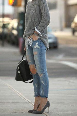 Туфли на шпильке с рваными джинсами