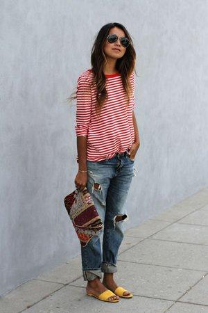Рваные джинсы с красной футболкой
