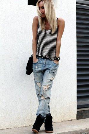 Рваные джинсы с майкой в полоску