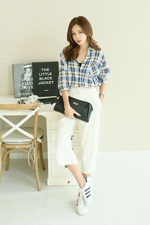 Белые брюки с голубой клетчатой рубахой