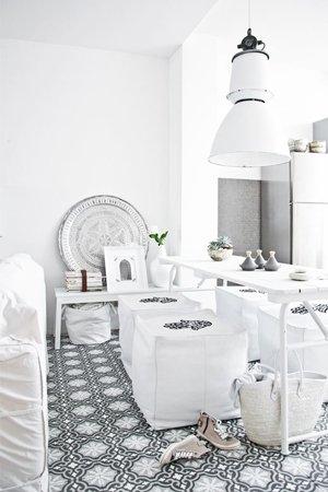 Марокканская плитка на полу в кухне