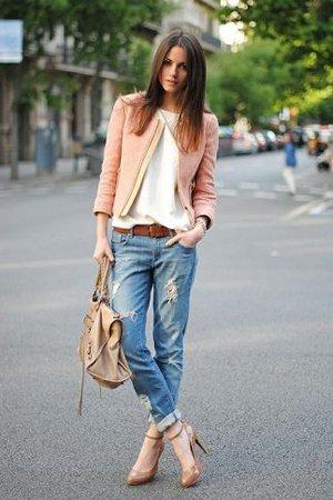Голубые рваные джинсы с лососевым блейзером