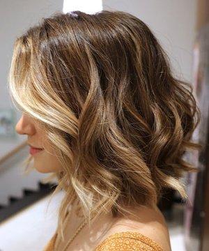 Волнистый боб на средние волосы