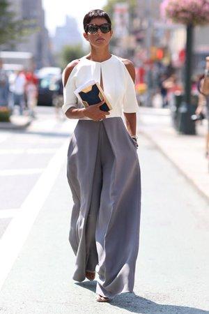 Широкие серые брюки с белой рубашкой