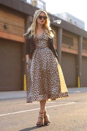 Леопардовое платье с кожаной курткой