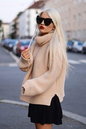 Широкий свитер с черной юбкой