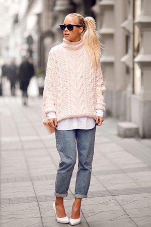 Розовый свитер крупной вязки